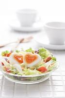 ふたつに切ったハート型のゆで卵の入ったサラダ 10175002031  写真素材・ストックフォト・画像・イラスト素材 アマナイメージズ