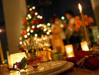クリスマスのテーブルセッティングと男女シルエット 10178000812| 写真素材・ストックフォト・画像・イラスト素材|アマナイメージズ