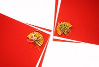 紅白の紙に載せた鶴と亀の水引 10179004352| 写真素材・ストックフォト・画像・イラスト素材|アマナイメージズ