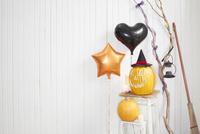 ハロウィンパーティーの飾りつけをした部屋 10179006226| 写真素材・ストックフォト・画像・イラスト素材|アマナイメージズ