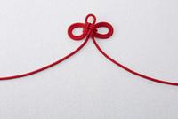 赤い紐 10179006269  写真素材・ストックフォト・画像・イラスト素材 アマナイメージズ