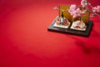 赤い毛氈と雛人形と桃の花