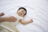 寝ている赤ちゃんとお母さんの手
