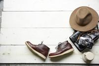 白い木の床の上に靴やカバン