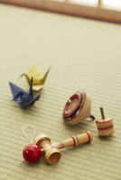 畳の上の折り鶴とおもちゃ
