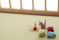 畳の上のお手玉と折り鶴
