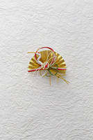 白い和紙と水引の鶴の飾り