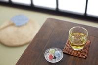 座卓の上に飴玉と緑茶