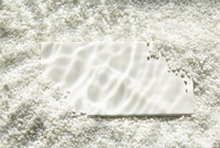 白い砂利に波紋が映った水中イメージとタイル