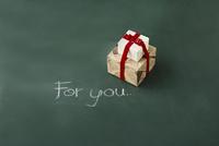 黒板に書かれた文字とプレゼント