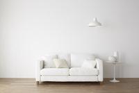 白いソファとサイドテーブル