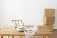 ダイニングテーブルの上の食器と梱包材