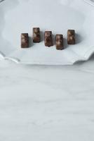 白い皿に乗ったチョコレート
