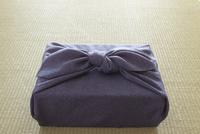 畳の上の風呂敷に包まれた贈り物