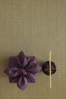 畳の上の風呂敷と茶杓となつめ