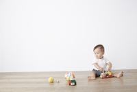 床の上で遊ぶ赤ちゃん