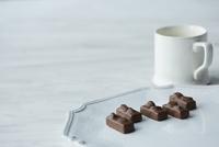白い皿に乗ったチョコレートと白いカップ