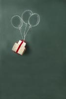 黒板に書かれた風船とプレゼント
