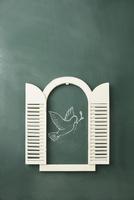 黒板に書かれた鳩と窓