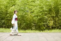 日本庭園を歩く浴衣の女性 10179008624| 写真素材・ストックフォト・画像・イラスト素材|アマナイメージズ