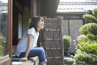 縁側に座る若い女性 10179008654| 写真素材・ストックフォト・画像・イラスト素材|アマナイメージズ