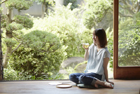 縁側に座る若い女性 10179008657| 写真素材・ストックフォト・画像・イラスト素材|アマナイメージズ