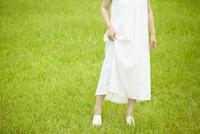 草原の中に立つ若い女性