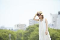 草原の中微笑む若い女性 10179008682| 写真素材・ストックフォト・画像・イラスト素材|アマナイメージズ