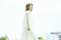 草原の中歩く若い女性 10179008689| 写真素材・ストックフォト・画像・イラスト素材|アマナイメージズ