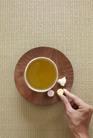 落雁をつまむ女性の手 10179008700| 写真素材・ストックフォト・画像・イラスト素材|アマナイメージズ