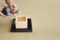 日本酒を注ぐ女性の手 10179008709| 写真素材・ストックフォト・画像・イラスト素材|アマナイメージズ