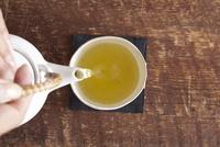 茶を注ぐ女性の手