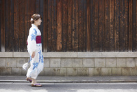 道を歩く浴衣の女性 10179008722| 写真素材・ストックフォト・画像・イラスト素材|アマナイメージズ