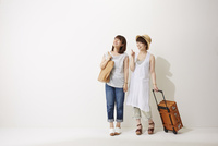 旅行に行く2人の女性 10179008750| 写真素材・ストックフォト・画像・イラスト素材|アマナイメージズ