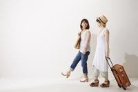 旅行に行く2人の女性 10179008753| 写真素材・ストックフォト・画像・イラスト素材|アマナイメージズ