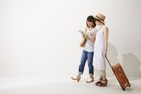 旅行に行く2人の女性 10179008760| 写真素材・ストックフォト・画像・イラスト素材|アマナイメージズ