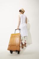 トランクを引く女性 10179008769| 写真素材・ストックフォト・画像・イラスト素材|アマナイメージズ