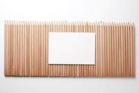 たくさんの色鉛筆の上の白い紙