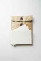 分厚い封筒と白い紙