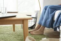 リビングでくつろぐ女性の足 10179008881| 写真素材・ストックフォト・画像・イラスト素材|アマナイメージズ