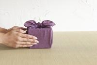 贈りものを渡す女性