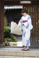 日傘を開く浴衣の女性 10179009044| 写真素材・ストックフォト・画像・イラスト素材|アマナイメージズ