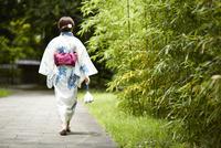 日本庭園を歩く浴衣の女性 10179009051| 写真素材・ストックフォト・画像・イラスト素材|アマナイメージズ