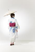 後ろ向きの浴衣の女性 10179009056| 写真素材・ストックフォト・画像・イラスト素材|アマナイメージズ