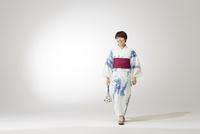 歩く浴衣の女性 10179009057| 写真素材・ストックフォト・画像・イラスト素材|アマナイメージズ