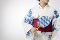 団扇を持つ浴衣の女性 10179009058| 写真素材・ストックフォト・画像・イラスト素材|アマナイメージズ