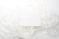 白いリボンの上の白い紙