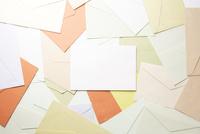 集合した封筒と白い紙