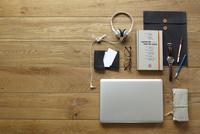 ノートパソコンとビジネス小物 10179009134| 写真素材・ストックフォト・画像・イラスト素材|アマナイメージズ
