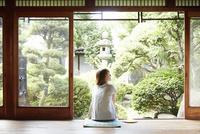 縁側に座る若い女性 10179009146| 写真素材・ストックフォト・画像・イラスト素材|アマナイメージズ